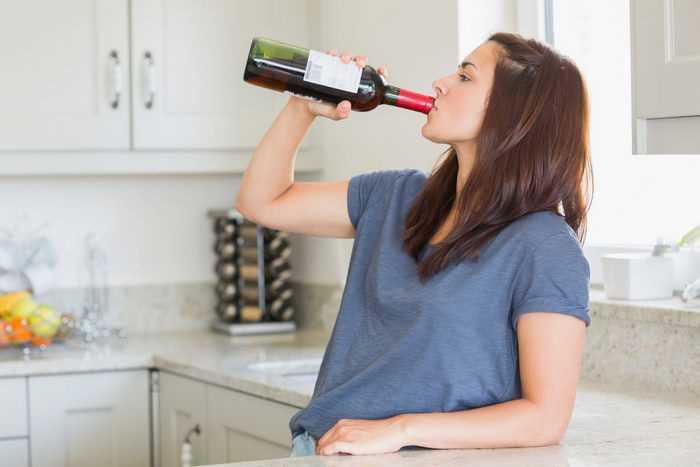 Девушка пьёт вино