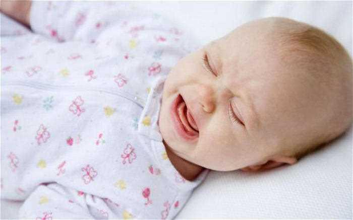 Малыш потеет во время сна.